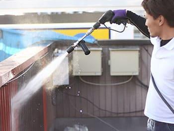 外壁についた汚れを綺麗に洗い落とすことで、外壁と塗料の結合が強固なものになりますので、地味な作業ですが後に大きな違いとなって現れます