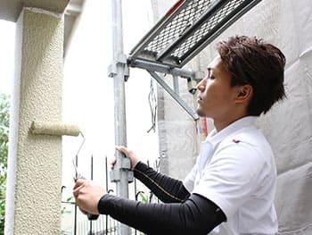 地処理が完了すれば、外壁の上に下塗りから順番に塗料を塗り重ねていきます