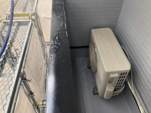 散水作業で雨漏りがしっかり止まっていることを確認