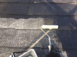 スレート屋根の下塗り作業