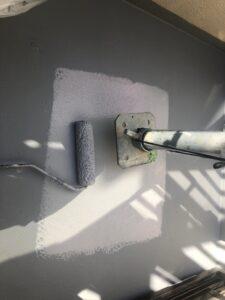 室外機や足場の下から先に中塗り、上塗りを仕上げていきます