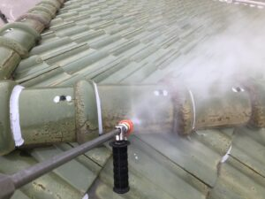屋根を高圧洗浄で綺麗にしていきます