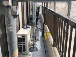 屋根とベランダの洗浄作業